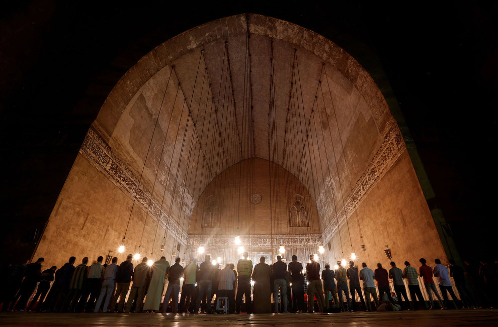 Обязательная вечерняя молитва в Каире, Египет