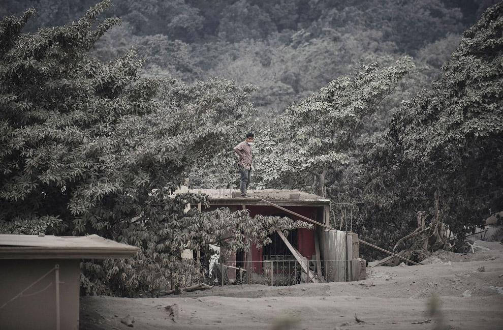 Пепельная деревня Сан-Мигель после извержения вулкана Фуэго в Гватемале
