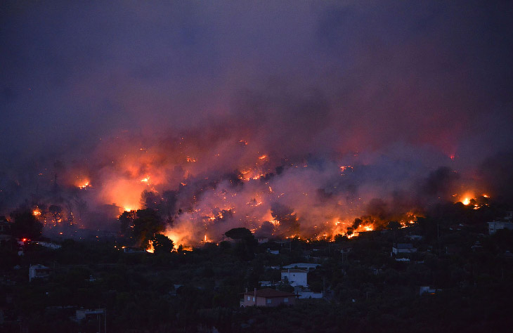 Лісова пожежа знищує місто Рафіна недалеко від Афін