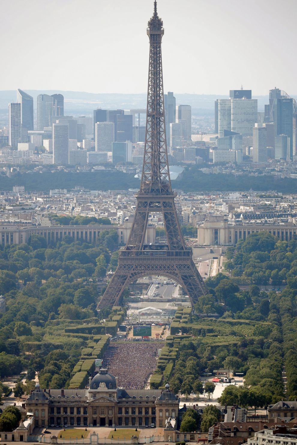 В это время в Париже