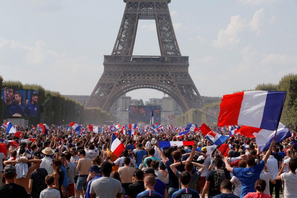 Французы смотрят футбольный у Эйфелевой башни