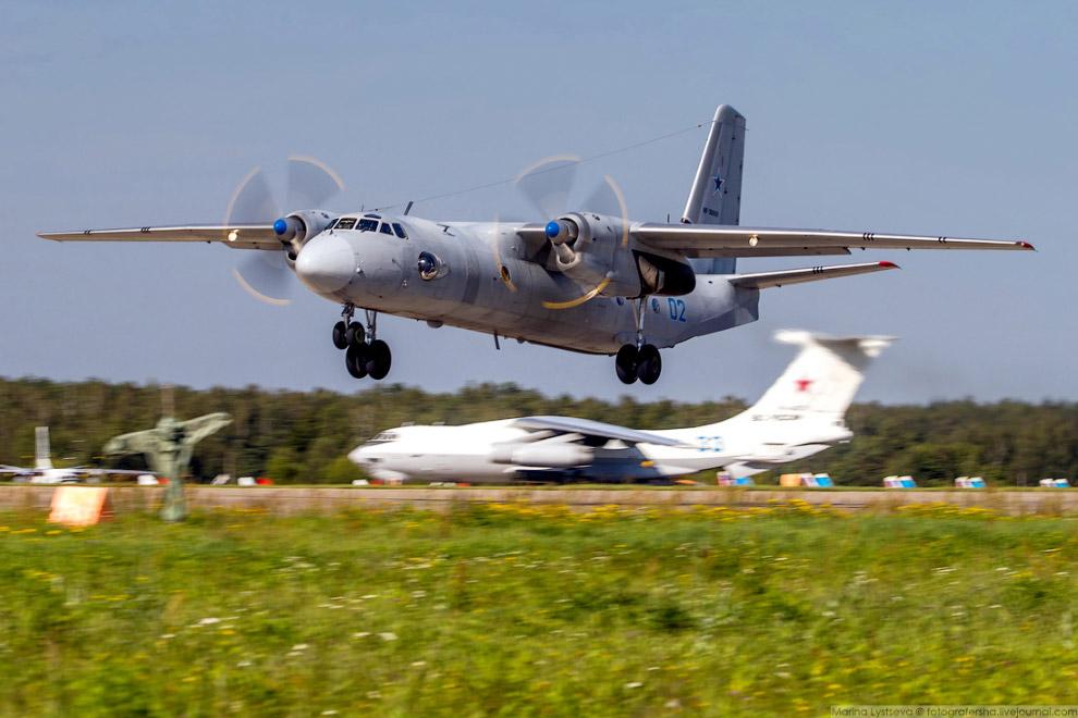Ан-26 оснащён двумя турбовинтовыми двигателями