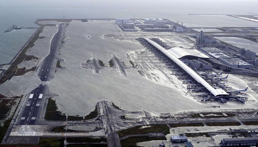 Затоплен международный аэропорт Кансай