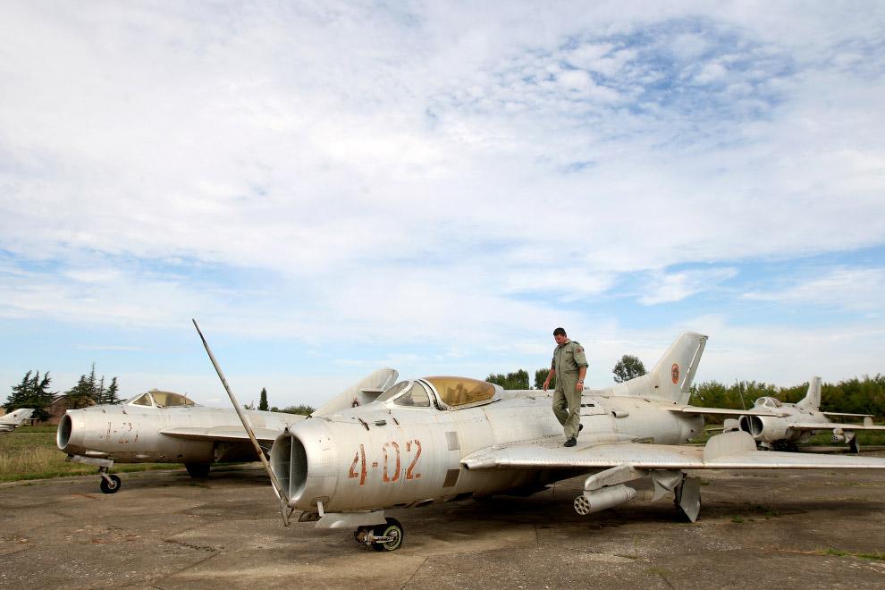 Советский одноместный реактивный истребитель второго поколения МиГ-19