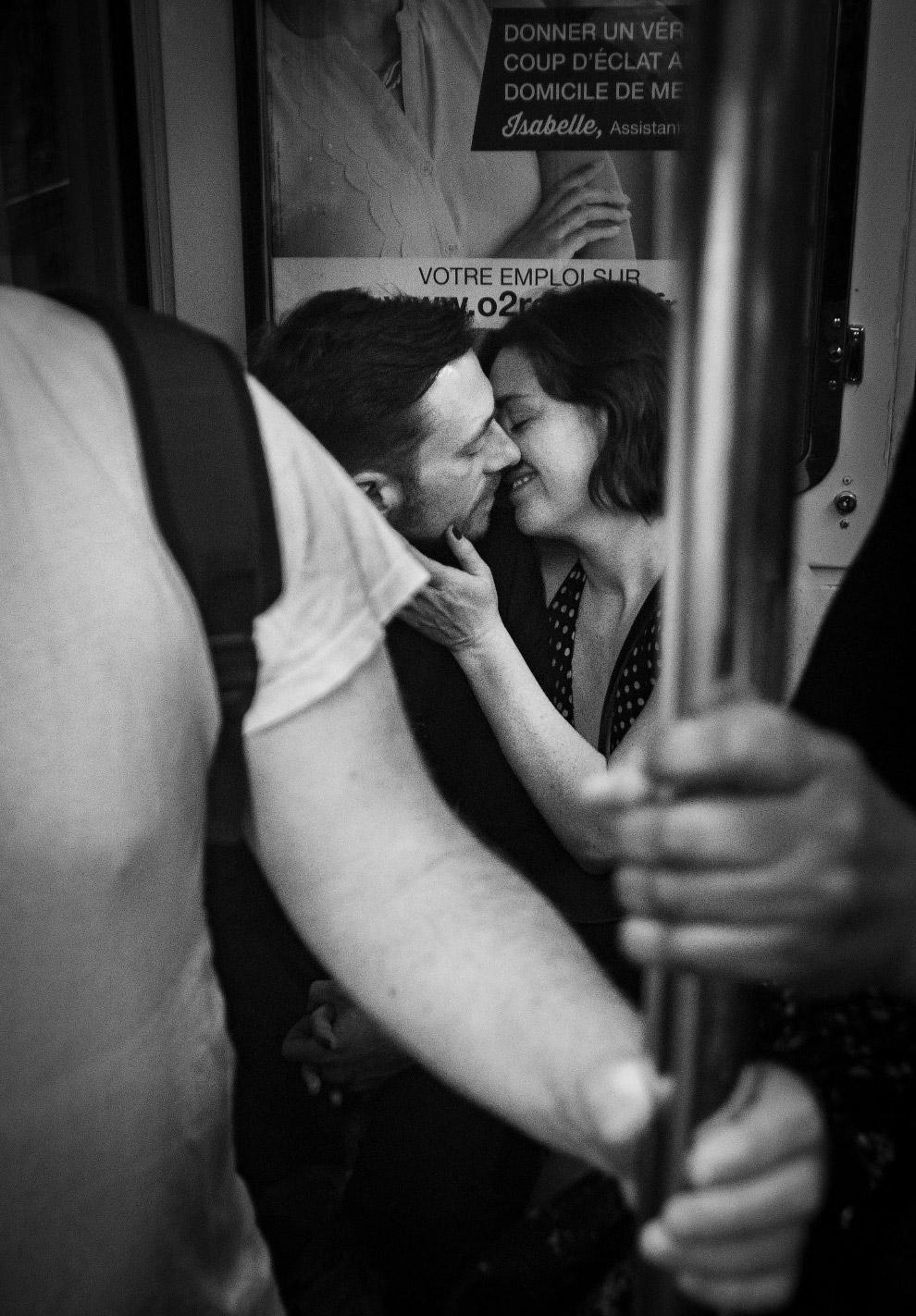 Пара в парижском метро