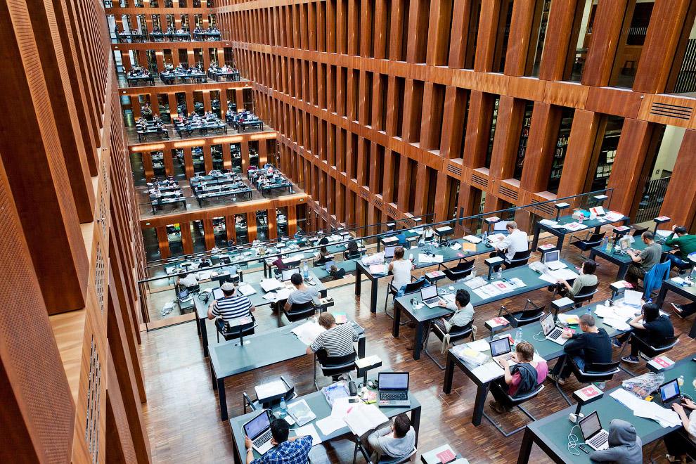 Интерьер библиотеки университета Гумбольдта в Берлине, Германия