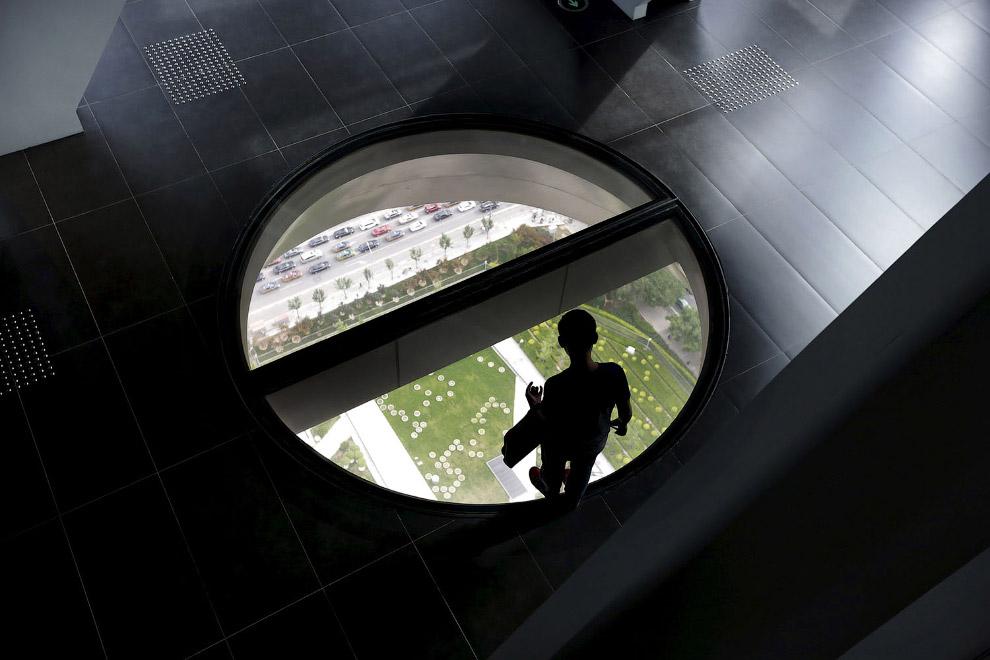 Стеклянный пол  на 37-м этаже башни центрального телевидения Китая (CCTV) в Пекине