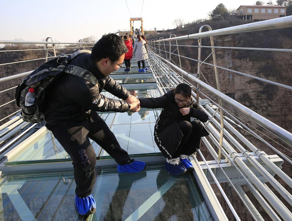 Стеклянный мост длиной 488 метров в провинции Хэбэй