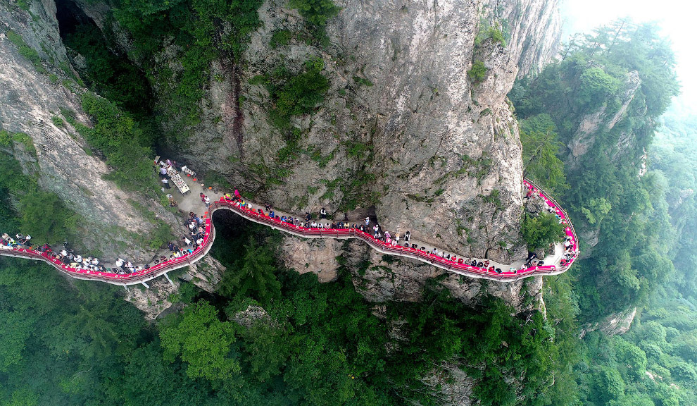 Фуршет на горі Лаоцзюнь в Лояне, провінція Хенань