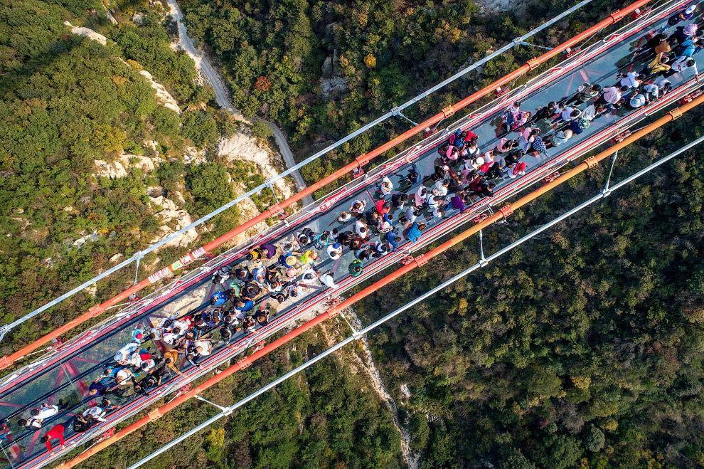 Пешеходный подвесной мост в горах Yimeng