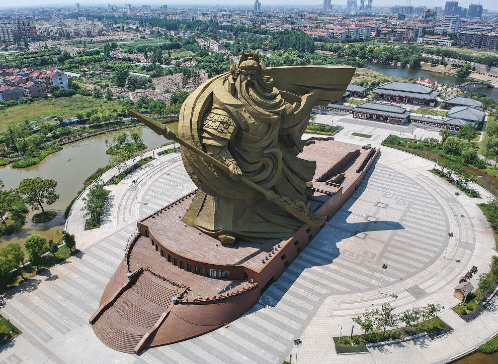 статуя древнего китайского воина Гуань Юй