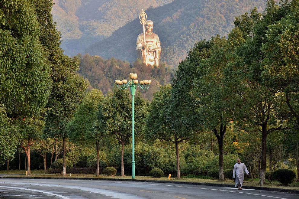 Бронзовая статуя на горе Джиухуа, Аньхой, Китай