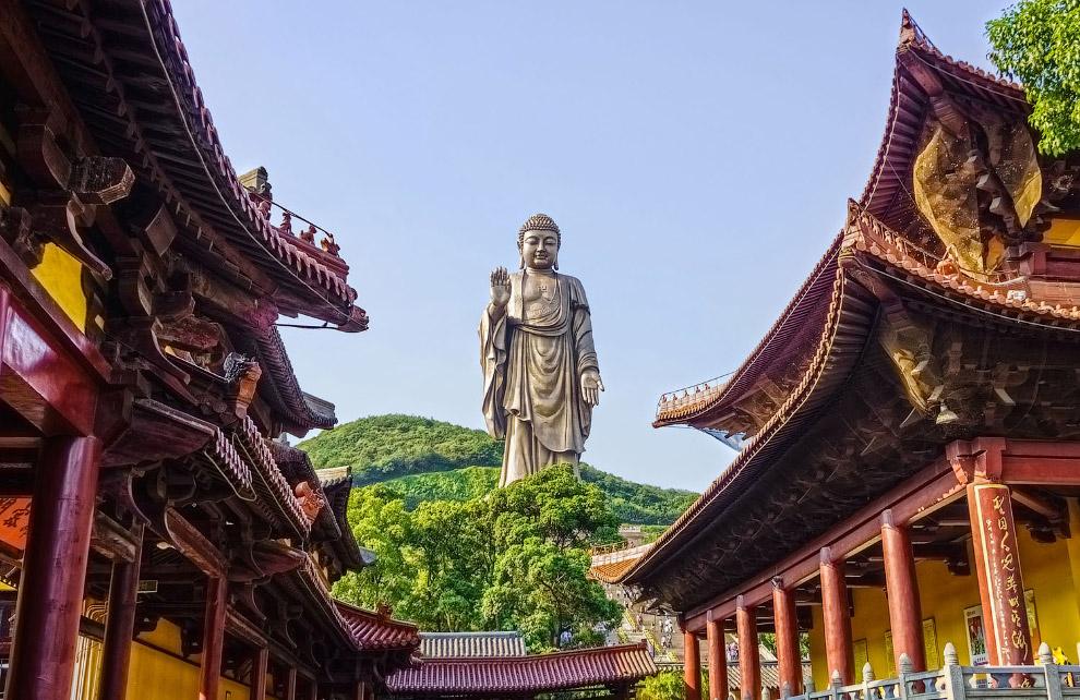 Большая бронзовая статуя Будды