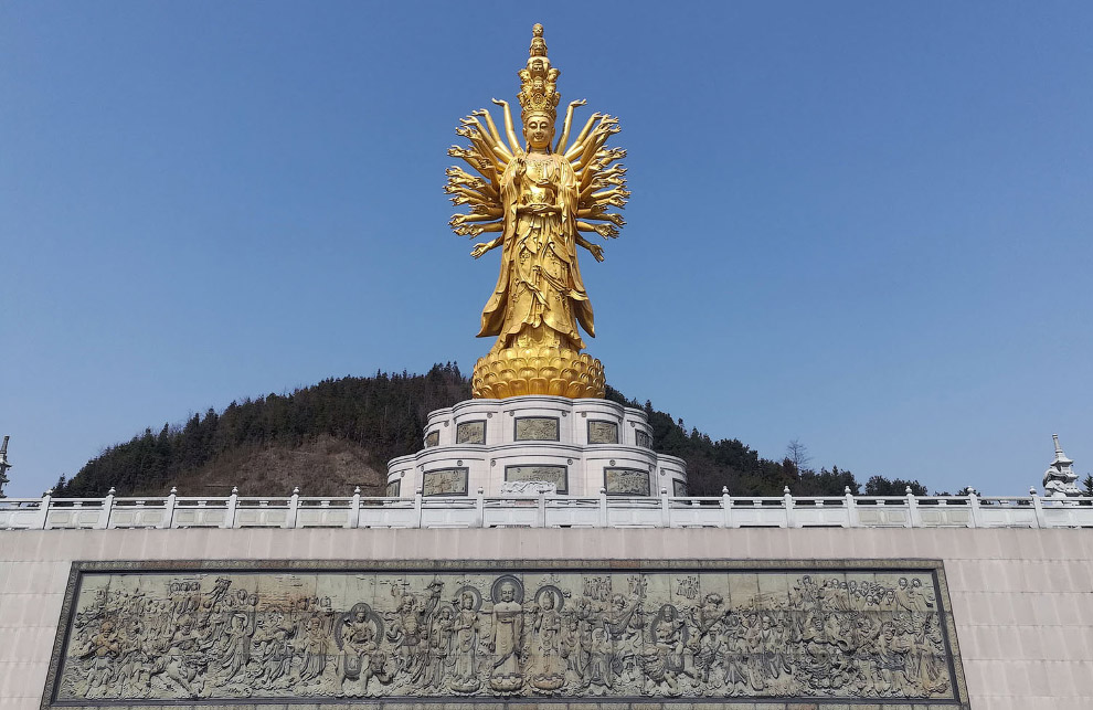 Статуя Гуаньинь с тысячей рук и глаз