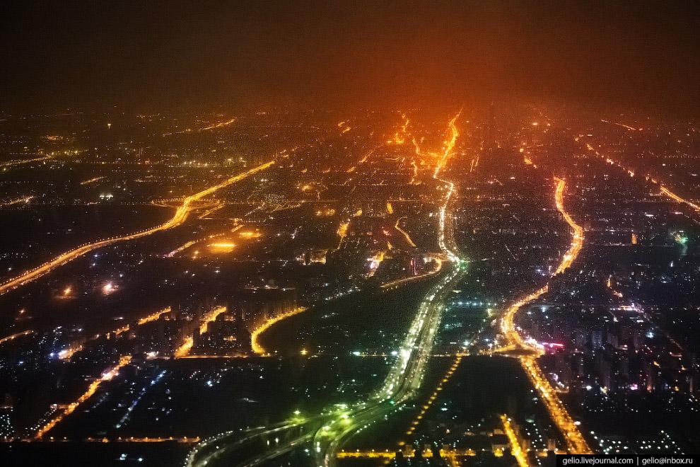 Ночной Пекин. По площади этот город в шесть с лишним раз больше Москвы, а по численности населения превосходит её примерно вдвое.