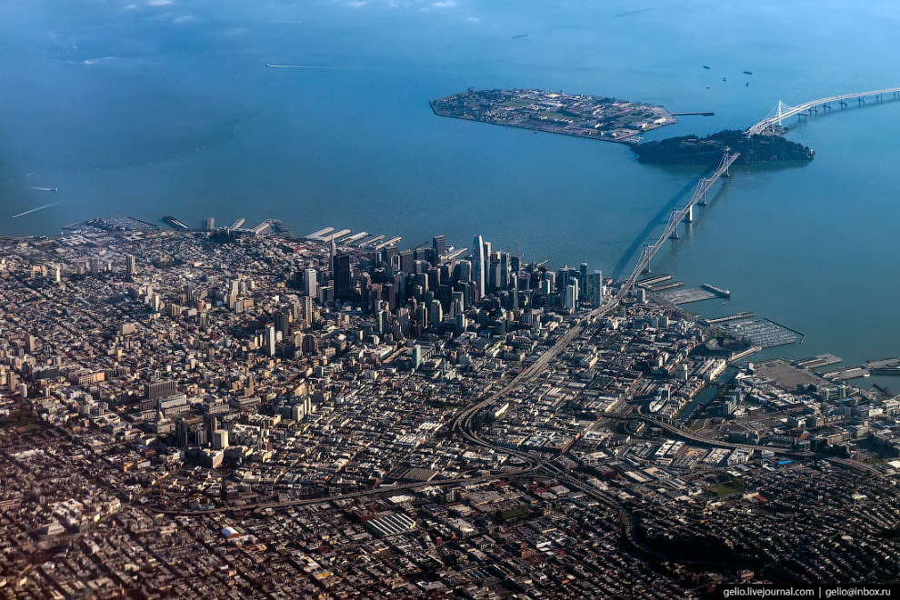Сан-Франциско, одноимённый залив и мост Бэй-Бридж, по которому можно добраться в Окленд.