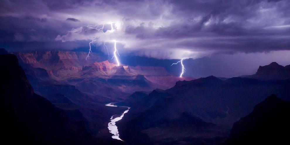 Молнии над Гранд-Каньоном, США.