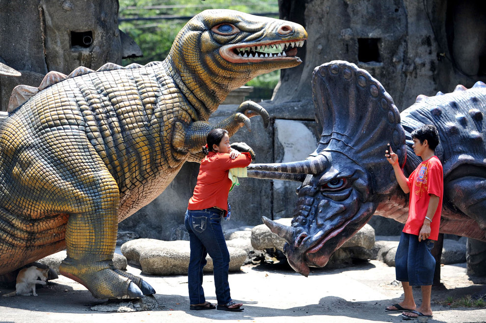 Динозавр в парке Лунета в Маниле