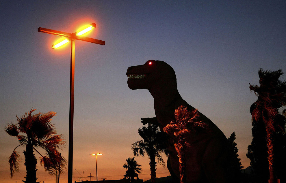 Динозавр с горящими глазами в Кабазоне, штат Калифорния.