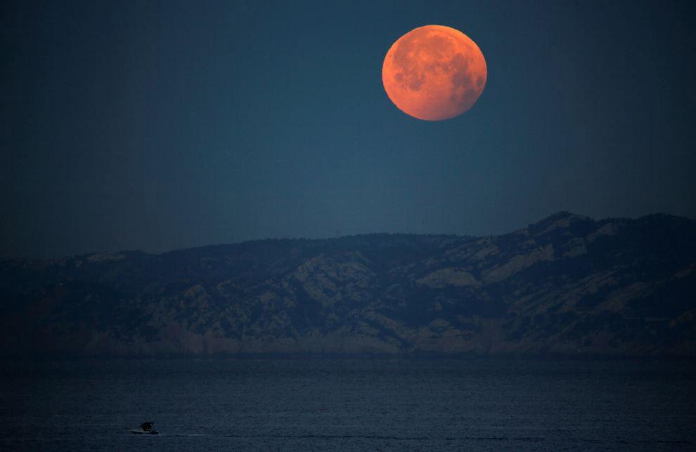 Кровавая волчья супер-Луна в Марселе