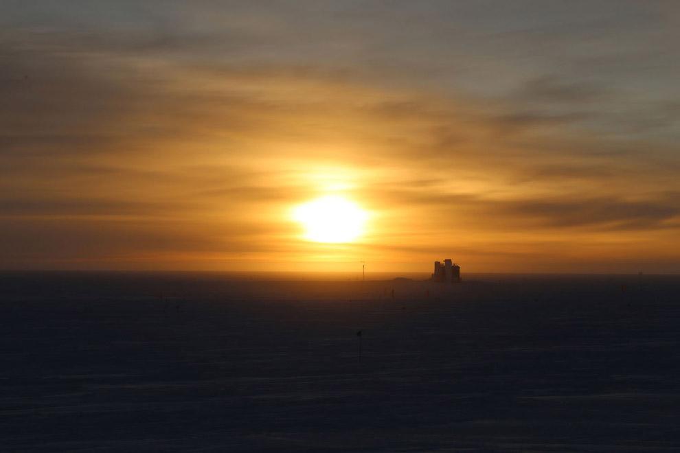 Восход на американской антарктической станции Амундсен-Скотт на Южном полюсе