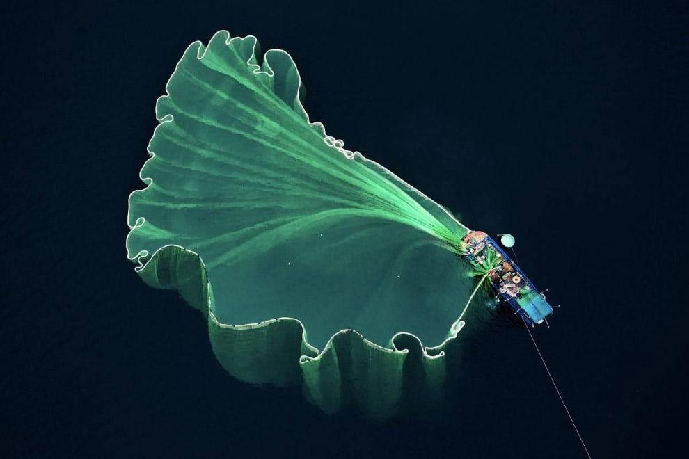 Рыбацкая лодка с сетью