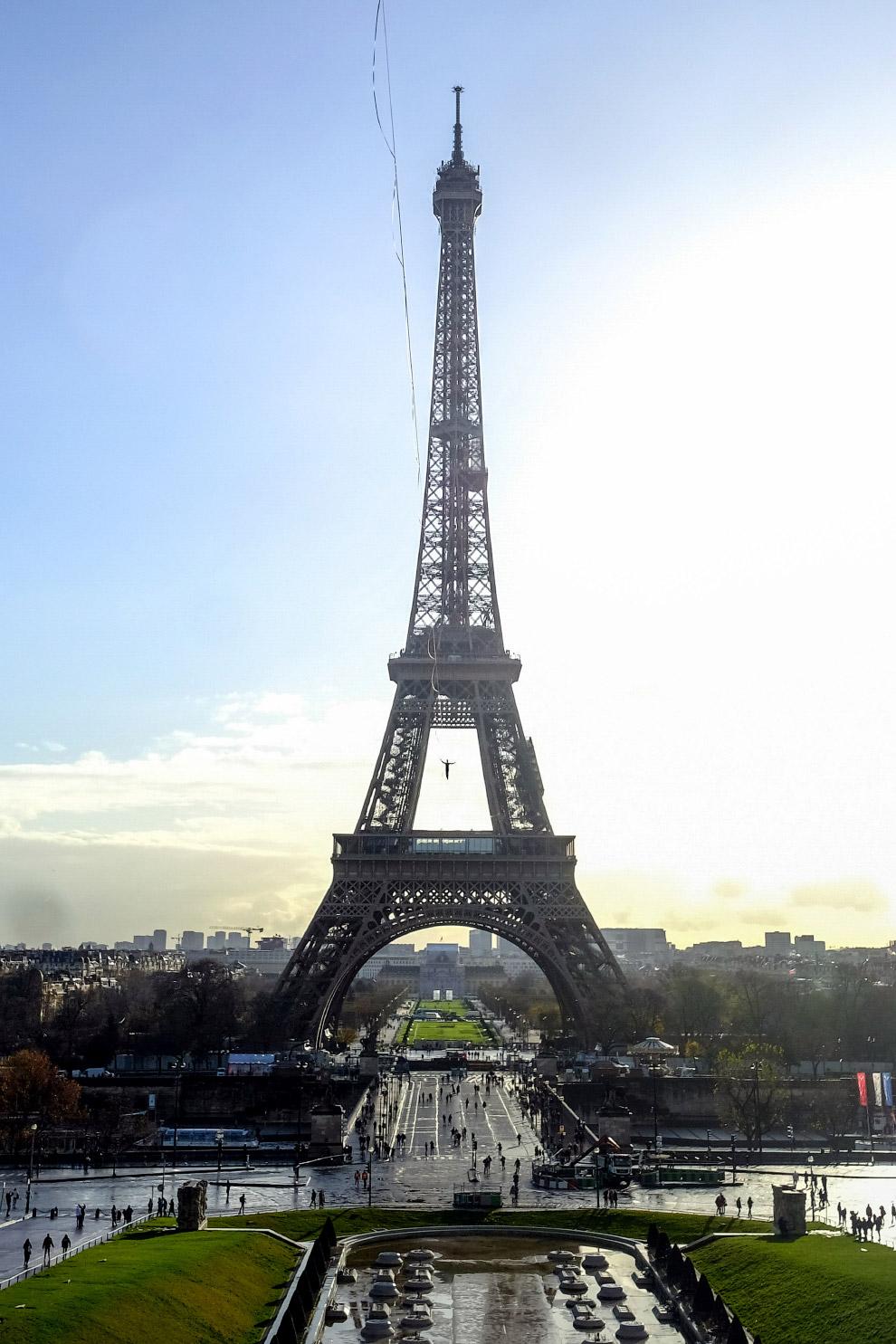 Прогулка по тросу между Эйфелевой башней и Трокадеро в Париже