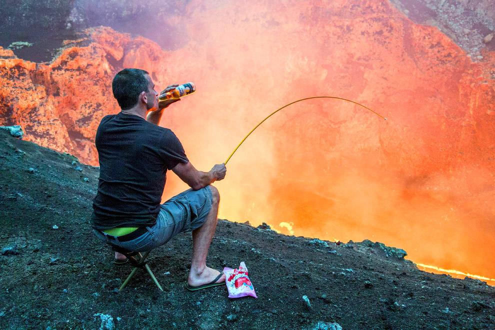 «Рыбалка» в лавовом озере в кратере Маркум на острове Амбриме, Вануату