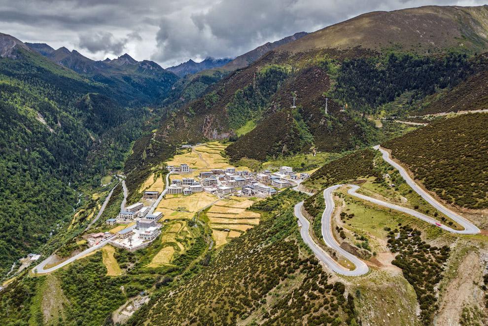 Долина, дорога и жилые домики