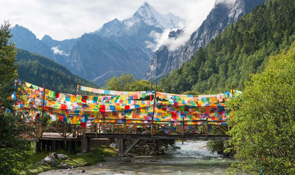 Всего в этом горном районе Даочэн живет 31 000 этнических тибетцев