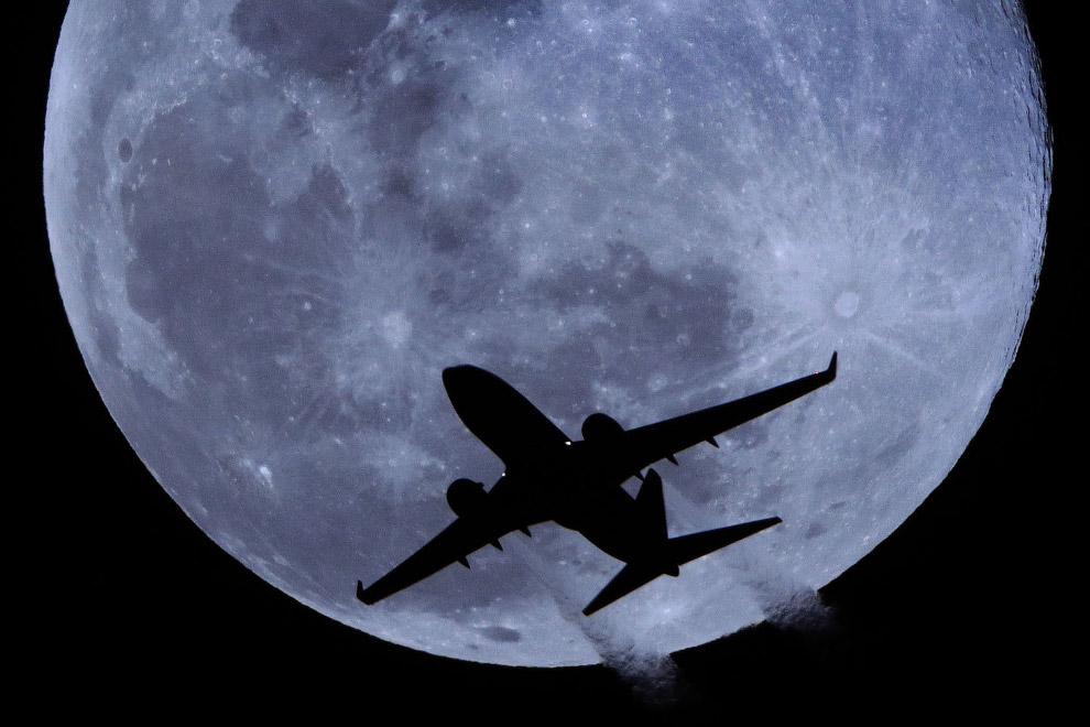 Луна и самолет