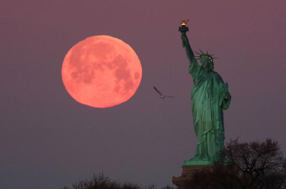Луна в Нью-Йорке