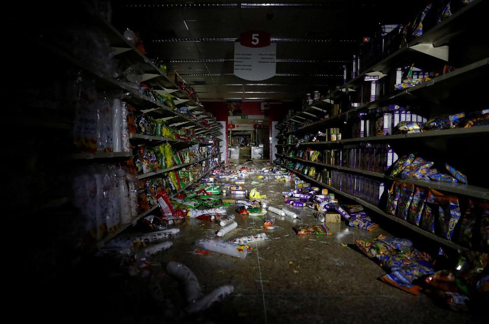 Супермаркет в Каракасе во время блэкаута