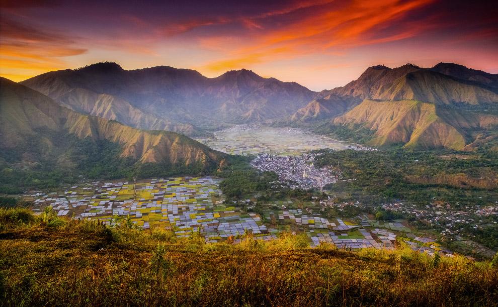 Вид с вершины Пергасинган в Индонезии