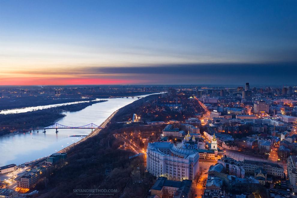 Вид на Михайловскую площадь и Днепр
