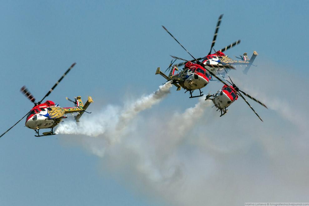 Пилотажная группа SARANG на вертолётах HAL Dhruv.