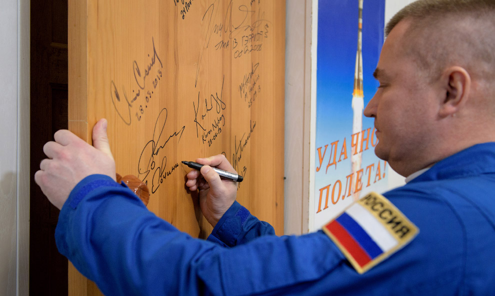 Expedition 59 Door Signing