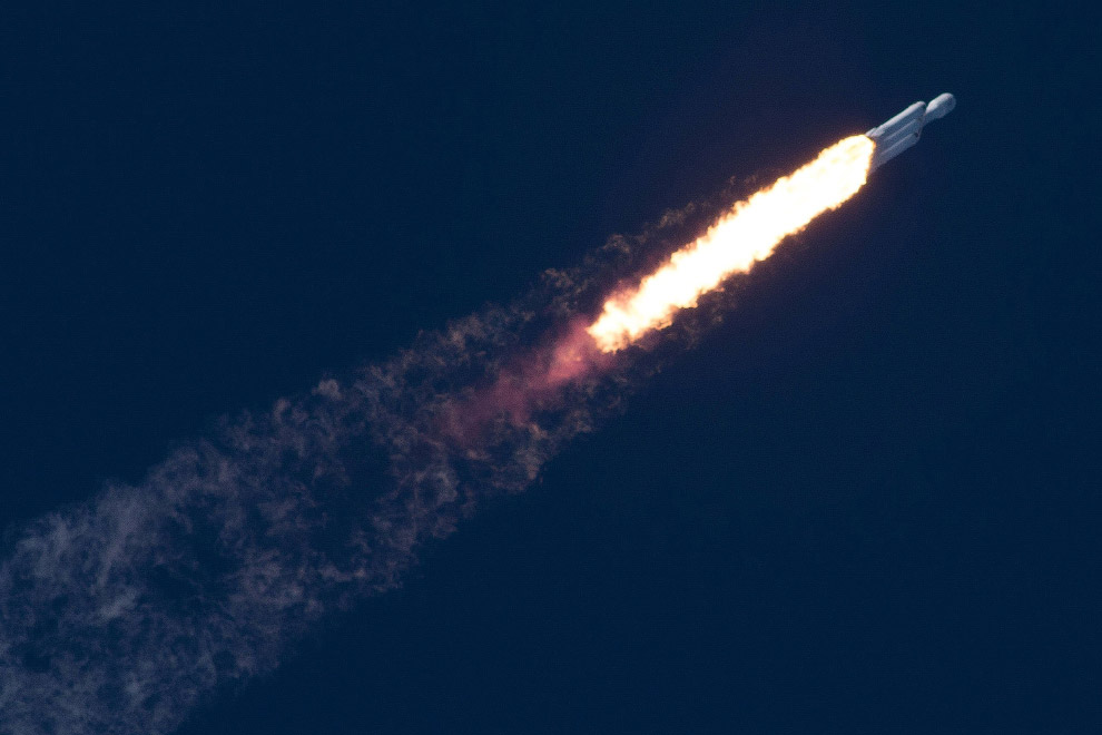 Старт ракеты SpaceX Falcon Heavy на мысе Канаверал
