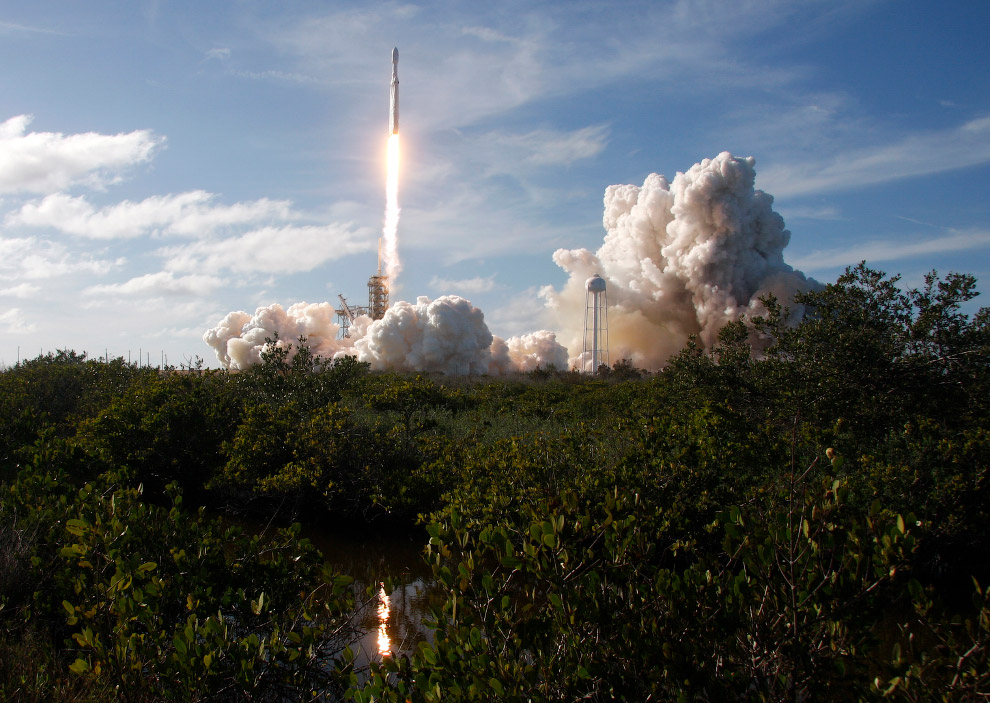 Еще одна фотография старта тяжелой ракеты SpaceX Falcon Heavy