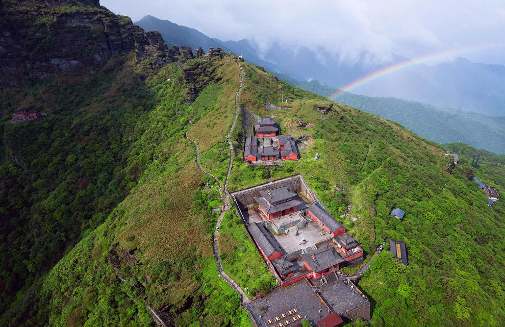 Буддийские храмы и радуга