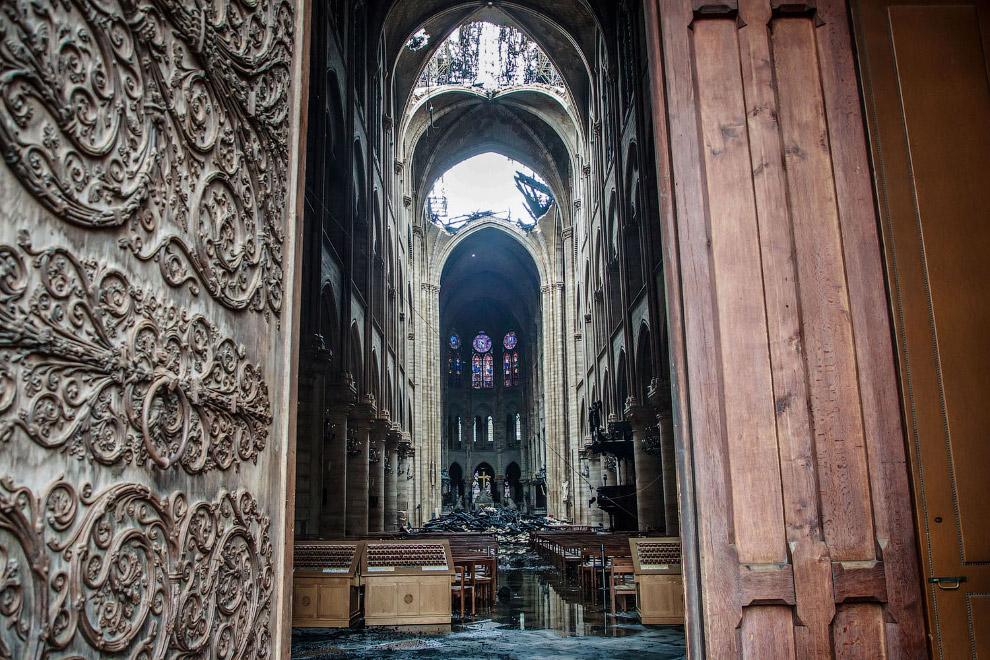Внутри сгоревшего Нотр-Дам де Пари — собора Парижской Богоматери