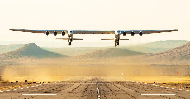 Найбільший в світі літак Stratolaunch полетів