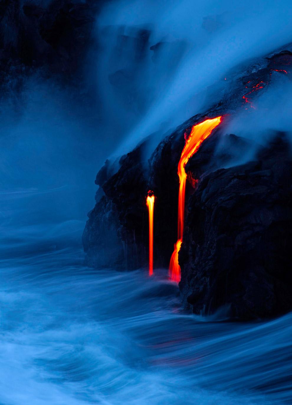 Лава из вулкана Килауэа впадает в океан в Капалане, Гавайи
