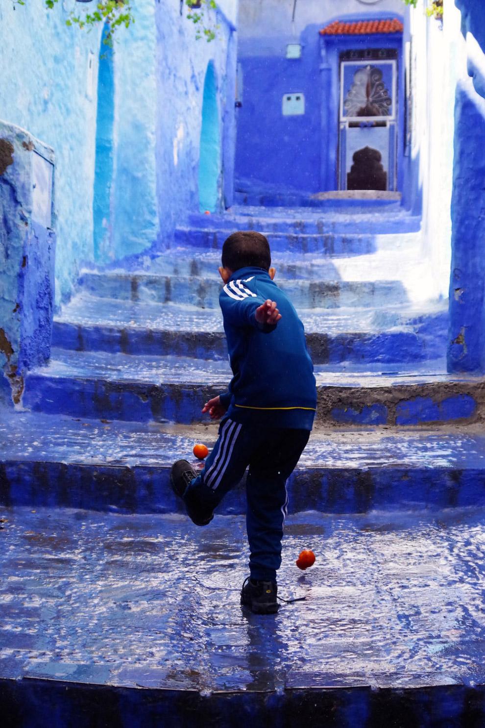 Мальчик с апельсинами в Шефшауэне, Марокко