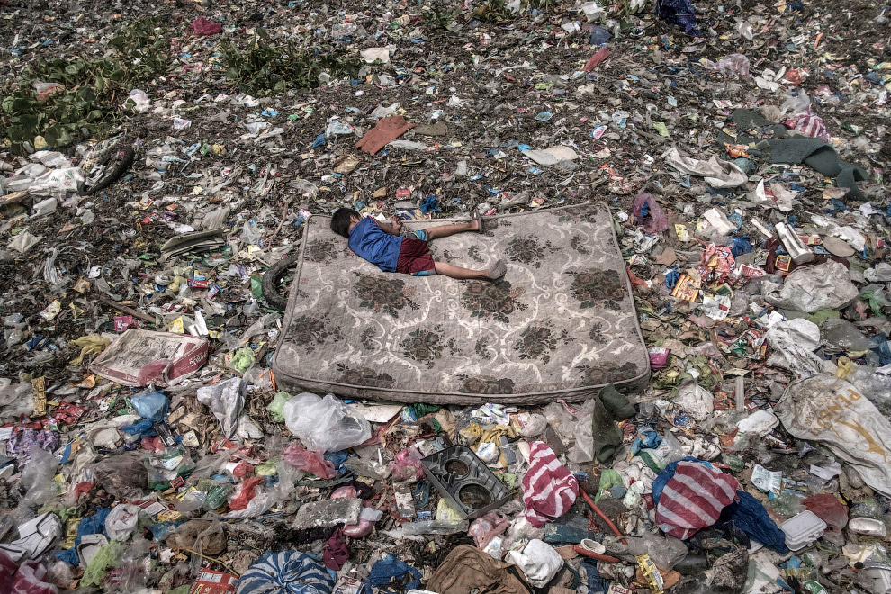 Заплыв на матрасе на мусорной реке Пасиг в Маниле, Филиппины