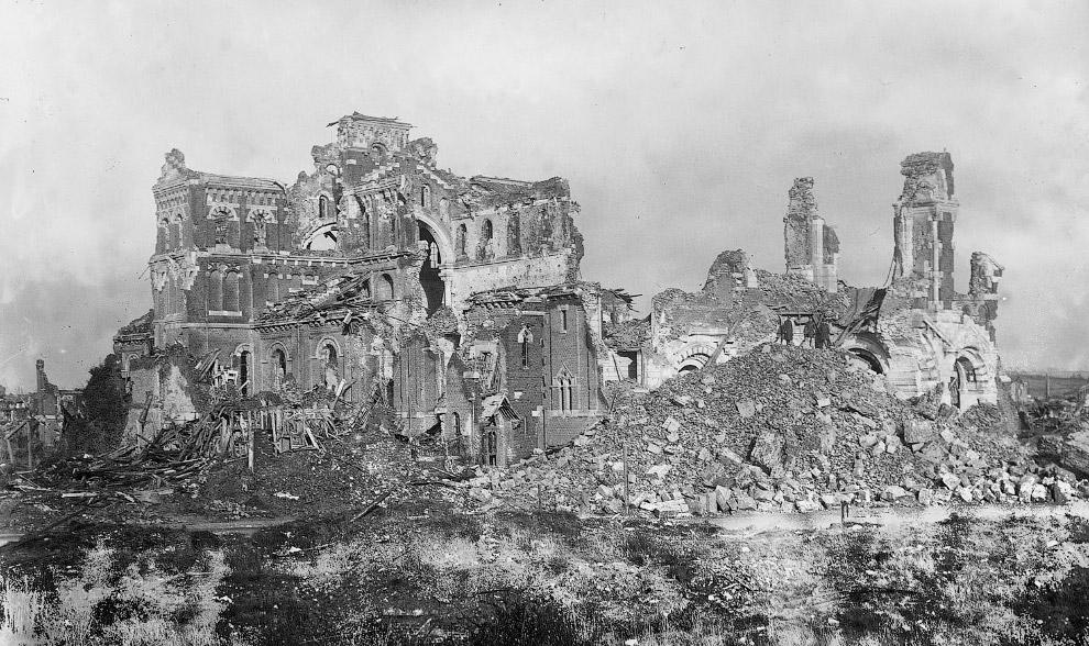 Руины собора во Франции после войны