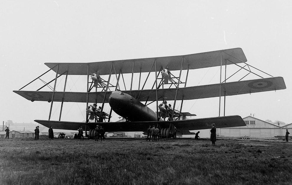 Пробный полет на триплане Таррант в Фарнборо, Англия