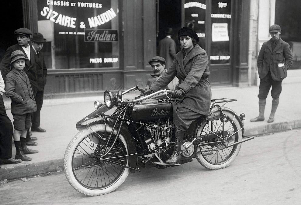 Мотоцикл с коляской на улице в Париже, Франция