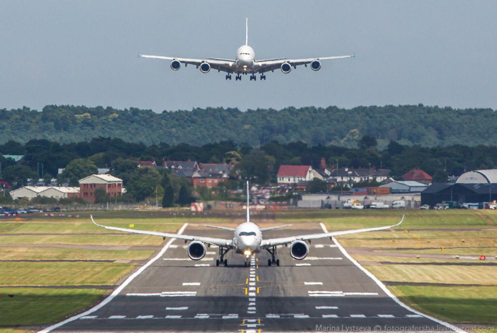 А350 взлетает, А380 садится на авиасалоне в Фарнборо, Великобитания, июль 2014.
