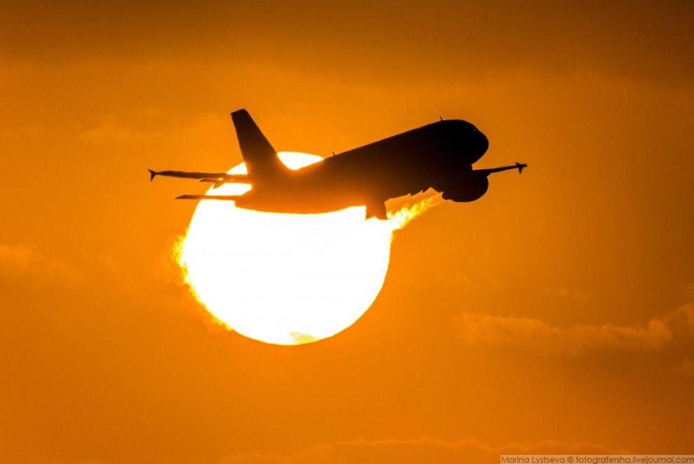 А319 S7 поймал солнце на вылете из Домодедово, 2016 год.